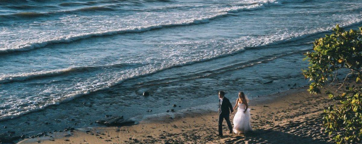młoda para na szczecinskiej plazy - zdjecie wykonal fotograf slubny Lukasz Popielarz